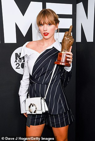 Taylor Swift nhan giai thuong tai NME Awards 2020 hinh anh 1 24672158_7997843_Winning_The_pop_star_made_a_style_statement_in_a_deconstructed_c_a_64_1581551912947.jpg