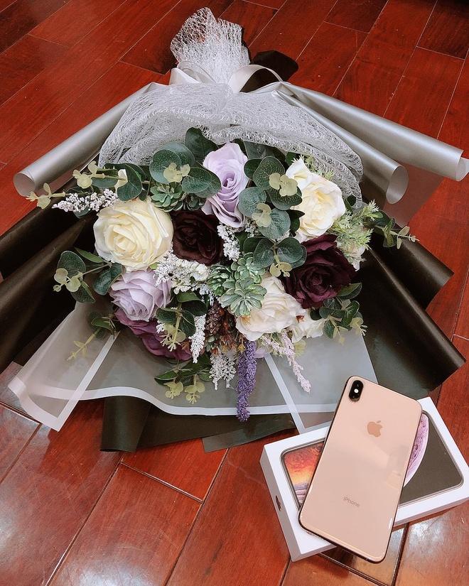 Ban gai cau thu, streamer, hot girl thi nhau khoe dap hop iPhone 11 hinh anh 7