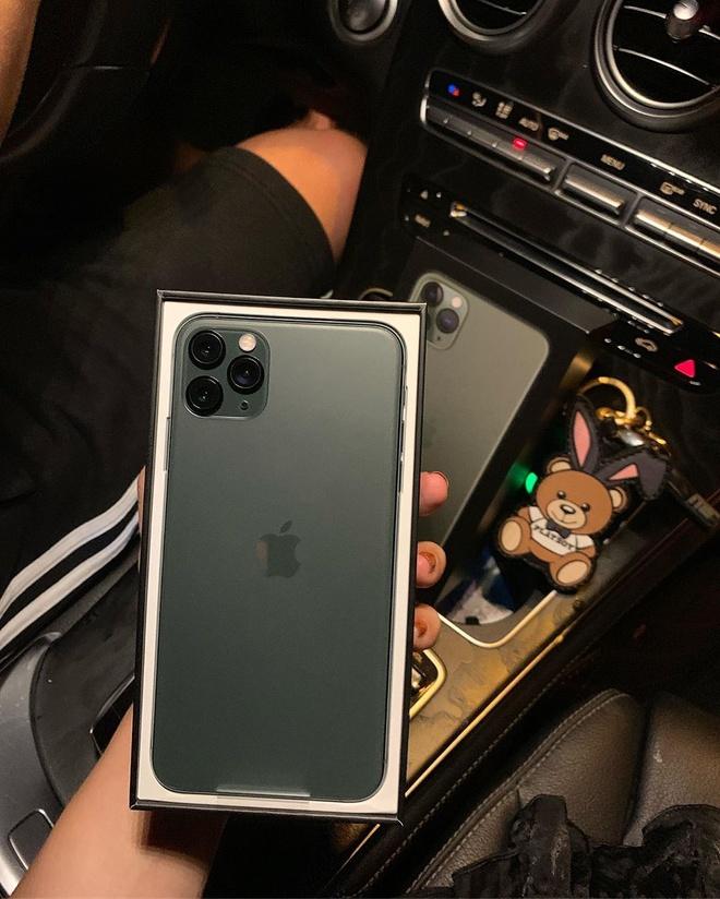 Ban gai cau thu, streamer, hot girl thi nhau khoe dap hop iPhone 11 hinh anh 4