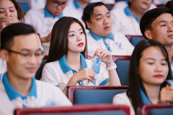 Hot girl Triết học và các nữ thủ khoa trường nhà người ta