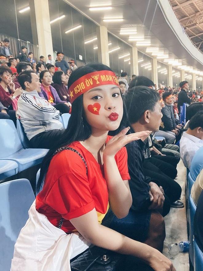 CDV nu khoe duoc cau thu Quang Hai tang ve xem bong da hinh anh 2