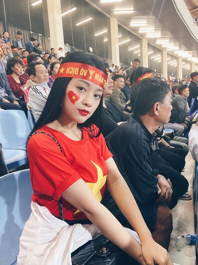CDV nu khoe duoc cau thu Quang Hai tang ve xem bong da hinh anh 1