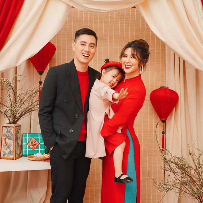 Là một trong 3 gia đình nổi tiếng nhất MXH, Kiên Hoàng - Heo Mi Nhon luôn đầu tư bộ ảnh Tết kỳ công, nổi bật và đăng tải vào ngày đầu tiên của năm mới.