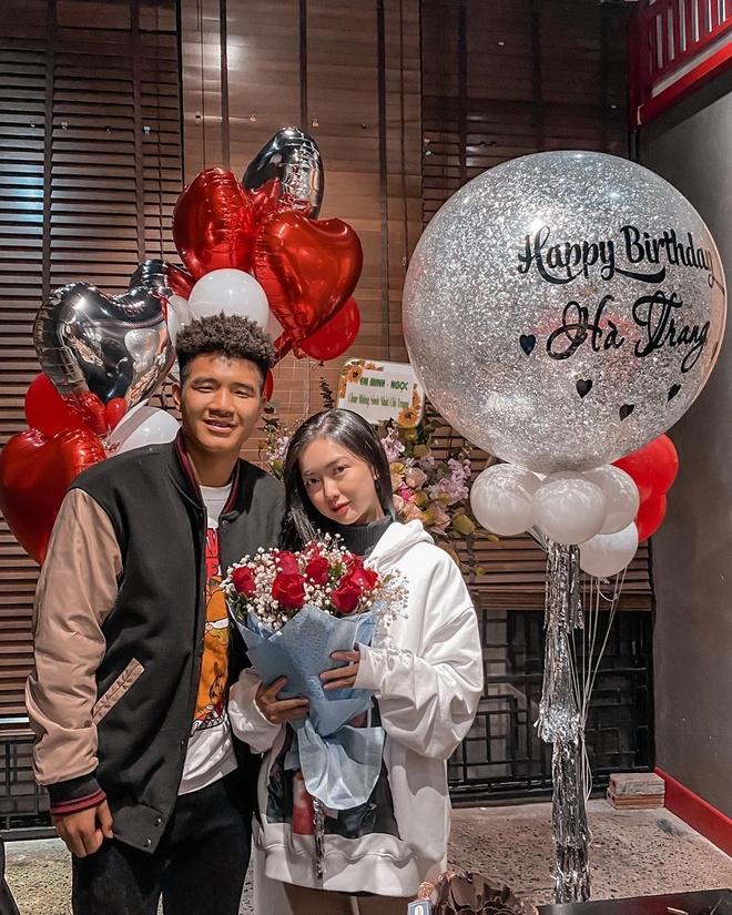 Vào ngày đầu tiên của xuân Canh Tý 2020, bạn gái cầu thủ Hà Đức Chinh khoe ảnh chụp cận mặt cả hai. Đây là bức ảnh rõ nét đầu tiên của hot girl sinh năm 1998 kể từ khi dính tin đồn tình cảm với chàng tiền đạo quê Phú Thọ.