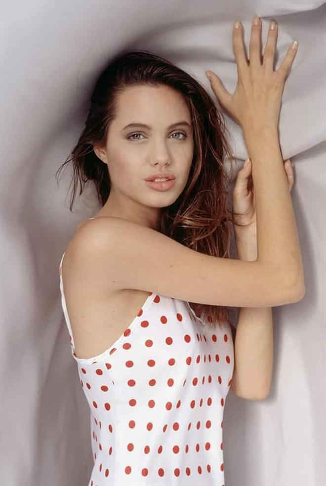 Angelina Jolie hoi be anh 6
