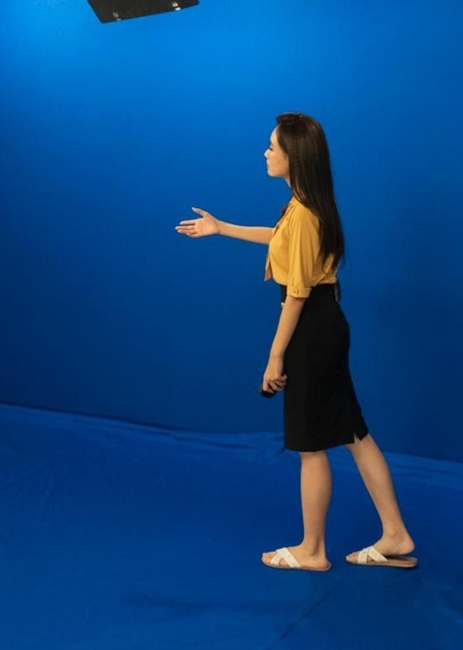 Hậu trường ghi hình với phông xanh, chân trần của BTV Xuân Anh
