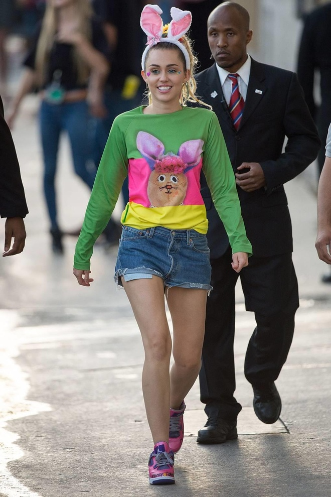 Su chuyen doi phong cach thoi trang cua Miley Cyrus sau 10 nam hinh anh 31
