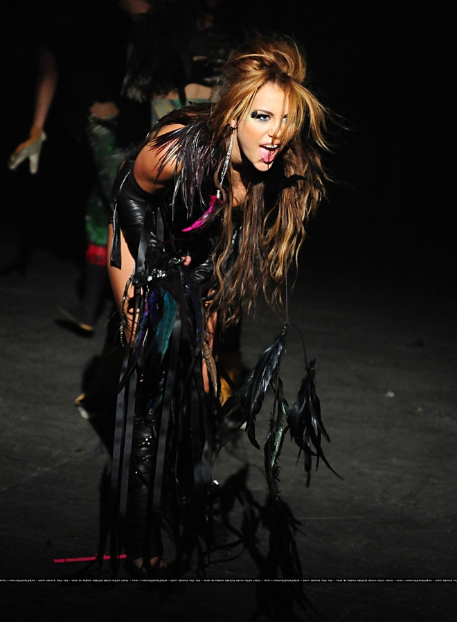 Su chuyen doi phong cach thoi trang cua Miley Cyrus sau 10 nam hinh anh 12