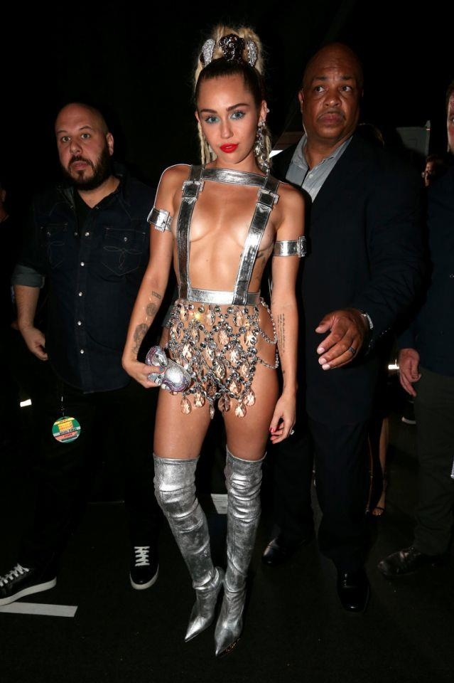 Su chuyen doi phong cach thoi trang cua Miley Cyrus sau 10 nam hinh anh 23