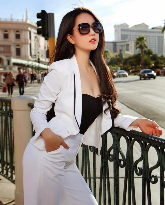 Mac ao vest ca tinh, quyen ru nhu Ngoc Trinh hinh anh 8 Với bộ vest trắng, bà chủ thời trang khéo léo chọn áo quây đen hợp màu cùng đường nẹp viền cổ áo.