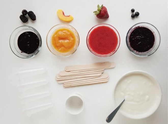 Tron nong ngay he voi kem sua chua trai cay mat lanh hinh anh 2 Nguyên liệu :   - Vài quả dâu tằm, dâu tây, đào, việt quất (có thể thay bằng xoài, chuối, dứa, dưa hấu hoặc kiwi) và mật ong.  - 1 cốc sữa chua hương vani.  - 3  thìa canh mật ong.  - Từ 2 đến 3  thìa canh bơ.  - Khuôn làm kem (có thể mua ở siêu thị hoặc shop bán vật liệu làm bánh).  Cách làm