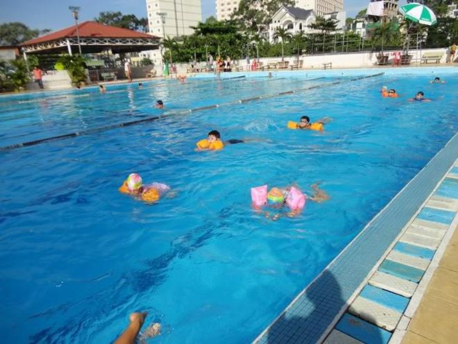 5 ho boi cong cong duoc yeu thich nhat Sai Gon hinh anh 1 1. Hồ bơi Lam Sơn. Theo các trang hướng dẫn cho khách du lịch nước ngoài như Saigoneer, Vietnamcoracle …, hồ bơi Lam Sơn đang xếp vị trí thứ nhất trong bảng xếp hạng Top 5 hồ bơi công cộng tại Tp HCM bởi giá rẻ (khoảng 18.000 đồng/lượt bơi) và hồ lớn, sạch, hiện đại. Hồ bơi Lam Sơn gồm 3 hồ: hồ lớn sâu 2m và dài đến 50m theo chuẩn hồ bơi Olympic, hồ trung bình sâu từ 0,5m – 1,4m, dài 25m và 1 hồ bơi dành cho trẻ em.