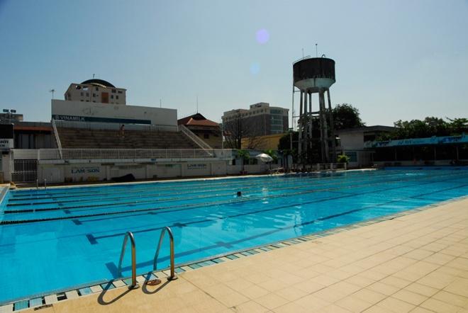 5 ho boi cong cong duoc yeu thich nhat Sai Gon hinh anh 2 Hồ bơi Lam Sơn gồm 3 hồ: hồ lớn sâu 2m và dài đến 50m theo chuẩn hồ bơi Olympic, hồ trung bình sâu từ 0,5m – 1,4m, dài 25m và 1 hồ bơi dành cho trẻ em.