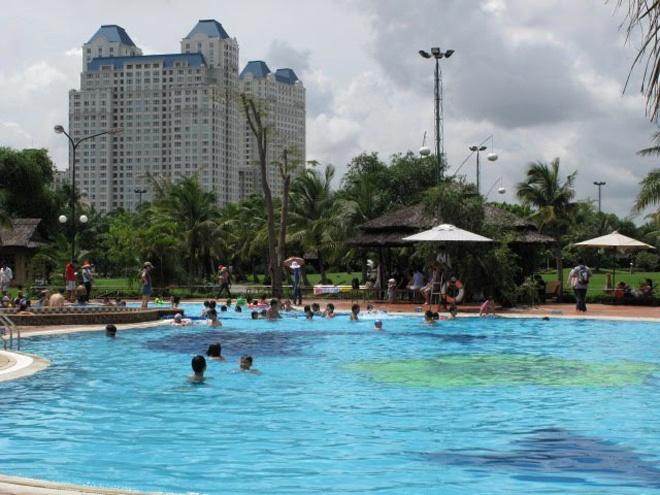 5 ho boi cong cong duoc yeu thich nhat Sai Gon hinh anh 5 2. Hồ bơi Văn Thánh. Xếp vị trí thứ 2 trong top 5 hồ bơi công cộng được yêu thích tại Sài Gòn, hồ bơi Văn Thánh được ví như một bể bơi sang trọng tại resort nhưng giá cả rất phải chăng, chỉ khoảng 40.000 đồng/lượt.