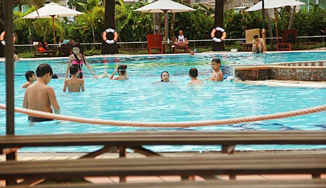 5 ho boi cong cong duoc yeu thich nhat Sai Gon hinh anh 7 Các dịch vụ tại hồ bơi Văn Thánh được đánh giá khá tốt. Ngoài việc thảnh thơi tắm nắng trên các ghế gỗ, bạn còn có thể dùng café cùng gia đình và bạn bè ở quán nước bên cạnh. Đây là địa chỉ bơi lội yêu thích của nhiều gia đình, kể cả người nước ngoài đang sống và làm việc ở Sài Gòn.