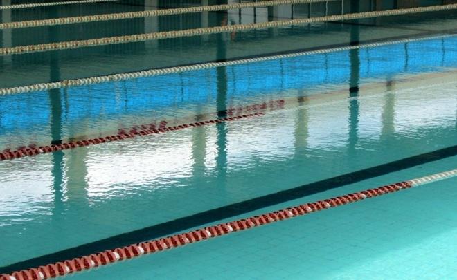 5 ho boi cong cong duoc yeu thich nhat Sai Gon hinh anh 10 Thời gian gần đây hồ chính được xây dựng thêm phần mái che ở trên, nhờ đó nước trong hồ trở nên mát hơn, tạo cảm giác sảng khoái và thoải mái khi bơi. Vào sáng sớm hoặc ngày cuối tuần, hồ bơi luôn đông đúc, ngoài ra khoảng 15h00 các ngày trong tuần hồ bơi chính được sử dụng dành cho các lớp học bơi.