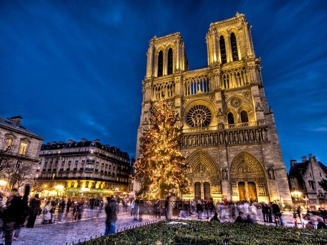 """Chiem nguong 10 dia danh linh thieng dep nhat the gioi hinh anh 10 10. Nhà thờ Đức bà Pari, Pháp: Khi nói đến công trình kiến trúc nhà thờ nổi tiếng nhất thế giới phải kể đến Nhà thờ Đức bà Pari, một biểu tượng không thể thiếu của thủ đô Pari tráng lệ. Đây là một trong những nhà thờ Thiên chúa giáo đầu tiên tiêu biểu cho phong cách kiến trúc gothique của Pháp. Được khởi công xây dựng từ năm 1163 nhưng phải mất 2 thế kỷ, công trình vĩ đại này mới được hoàn thành. Nhà thờ Đức bà Pari được xây dựng có các cột chịu vòng cung bên ngoài, các cửa sổ kính màu rộng lớn tuyệt đẹp, và được trang trí bằng các tác phẩm điêu khắc bằng đá ấn tượng. Không những thế, kiến trúc độc đáo này hàng năm thu hút hàng triệu khách du lịch cũng bởi nó đã đi vào văn chương Pháp qua tác phẩm nổi tiếng """"Thằng gù nhà thờ Đức bà"""" của đại văn hào Victor Hugo."""