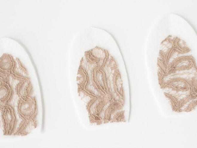 Kheo tay trang tri dep bong hinh tai tho dang yeu hinh anh 3 Dùng keo dán miếng ren lên phần vải nỉ đã cắt thành hình tai thỏ.