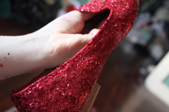F5 giay cu thanh giay sequin do moi la, doc dao hinh anh 7 Sau khi trộn đều phần sequin với keo PVA, dùng cọ quết hỗn hợp này lên bề mặt của giày và thoa đều.
