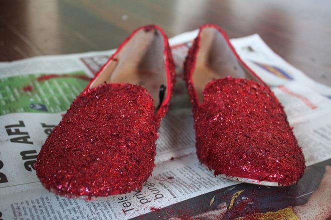 F5 giay cu thanh giay sequin do moi la, doc dao hinh anh 8 Thực hiện các thao tác tương tự với chiếc giày lười còn lại, sau đó để đôi giày lên giấy báo cho khô keo. Nhớ dùng chổi cọ quét các phần sequin thừa để đôi giày thành phẩm của bạn chỉn chu và đẹp hơn nhé.