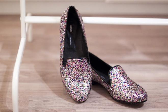 F5 giay cu thanh giay sequin do moi la, doc dao hinh anh 11 Sau khi đã F5 thành công đôi giày cũ đầu tiên, bạn có thể tạo ra hàng loạt đôi giày sequin màu sắc khác nhau để làm mới và làm phong phú thêm tủ giày của bạn, chẳng hạn như kiểu giày sequin 7 sắc cầu vồng như thế này.