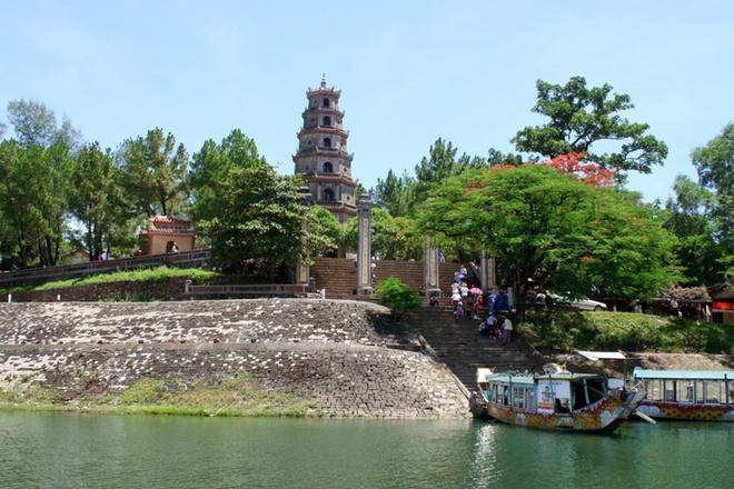 10 thang canh du lich hap dan nhat Viet Nam hinh anh 3 2. Chùa Thiên Mụ. Còn gọi là chùa Linh Mụ là ngôi chùa cổ nằm trên đồi Hà Khê, tả ngạn sông Hương, cách trung tâm thành phố Huế khoảng 5 km về phía tây. Chùa Thiên Mụ chính thức được xây dựng vào năm Tân Sửu (năm 1601), đời chúa Tiên Nguyễn Hoàng, vị chúa Nguyễn đầu tiên ở Đàng Trong.