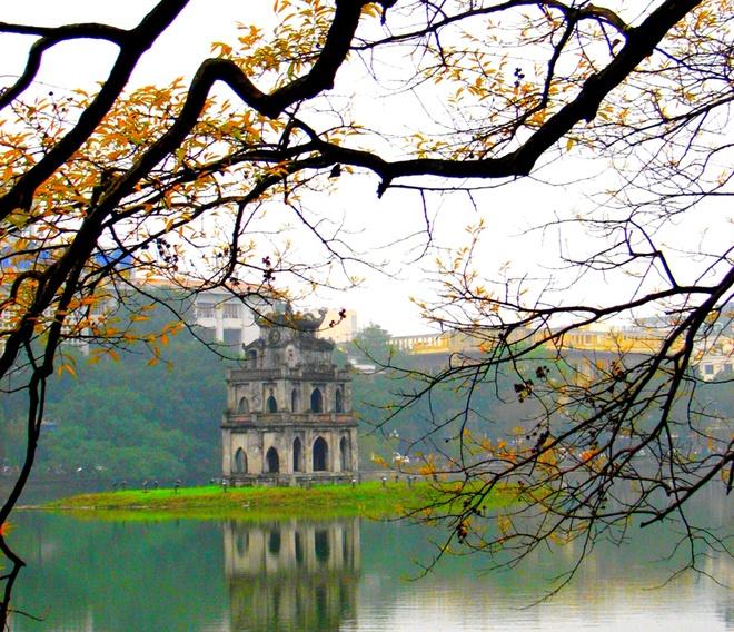 10 thang canh du lich hap dan nhat Viet Nam hinh anh 6 Hồ Hoàn Kiếm được gắn liền với truyền thuyết huyền sử, là biểu tượng khát khao hòa bình, đức văn tài võ trị của dân tộc Việt Nam. Do vậy, đã có rất nhiều văn nghệ sĩ đã lấy hình ảnh Hồ Gươm làm nền tảng cho các tác phẩm của mình.