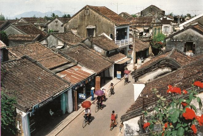 10 thang canh du lich hap dan nhat Viet Nam hinh anh 7 4. Hội An. Thành phố Hội An nằm bên bờ Bắc hạ lưu sông Thu Bồn cách thành phố Đà Nẵng khoảng 25 km về phía Đông Nam, cách thành phố Tam Kỳ khoảng 50 km về phía Đông Bắc. Từ thế kỷ XVI, XVII nơi đây đã nổi tiếng với tên gọi Faifoo, là nơi giao thương và là trung tâm buôn bán lớn của các thương nhân Nhật Bản, Trung Quốc, Bồ Ðào Nha, Italia… ở Đông Nam Á.