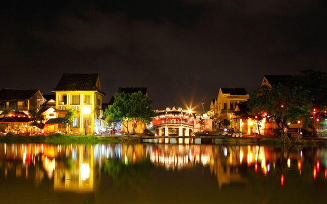 """10 thang canh du lich hap dan nhat Viet Nam hinh anh 8 Hội An ngày nay gần như bảo tồn nguyên trạng các quần thể di tích kiến trúc cổ và nền tảng văn hoá phi vật thể trong những phong tục tập quán, sinh hoạt tín ngưỡng, nghệ thuật dân gian, lễ hội văn hoá, các làng nghề truyền thống… Ngoài ra nét văn hóa ẩm thực ở Hội An cũng là một trong những điều đặc biệt mà du khách thường hay nhắc đến, nếu đã đến đây mà chưa thưởng thức các món ăn truyền thống như: Cao lầu, mì Quảng, bánh """"hoa hồng trắng""""… thì xem như chưa từng đến Hội An."""