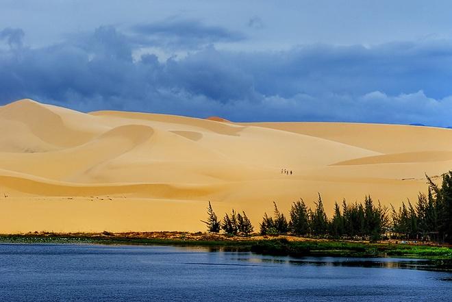 10 thang canh du lich hap dan nhat Viet Nam hinh anh 13 7. Mũi Né. Là một trung tâm du lịch nổi tiếng vùng Nam Trung Bộ, cách trung tâm thành phố Phan Thiết (tỉnh Bình Thuận) 22km về hướng Đông Bắc, nơi đây là một dải bờ biển xanh hoang vu với các đồi cát đỏ trải dài như sa mạc và những làng chài xứ biển thuần chất Việt Nam.