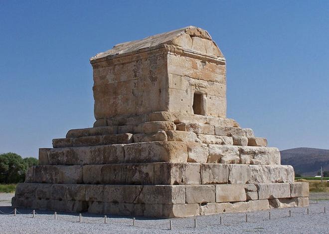 """Nhung lang mo mang nhieu bi an nhat the gioi hinh anh 9 10. Lăng mộ của Cyrus Đại đế: Cyrus Đại đế là người đã sáng lập và cai trị Đế quốc Ba Tư rộng lớn trong thế kỷ thứ 6 trước Công nguyên. Lăng mộ của ông là tượng đài quan trọng nhất ở Pasargadae, kinh đô xưa của Ba Tư, hiện tại là Iran. Khi Alexander cướp bóc và tàn phá Persepolis, ông đã tới lăng mộ của Cyrus và vào bên trong. Onong tìm thấy một chiếc giường, một bộ bàn với đồ đựng nước, một chiếc quan tài bằng vàng cùng với một số đồ trang sức gắn đá quý. Trên lăng mộ còn có một dòng chữ: """"Hỡi người viếng thăm, ta là Cyrus, người trị vì đế chế Ba Tư và là Đức vua của châu Á"""". Thật không may là hiện tại không còn chút dấu vết nào của dòng chữ này ở lăng mộ."""