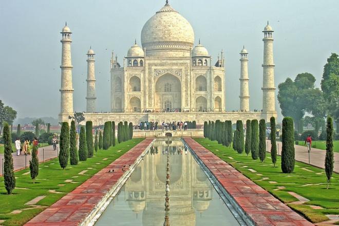 Nhung lang mo mang nhieu bi an nhat the gioi hinh anh 1 1. Taj Mahal  ở Agra, Ấn Độ: Đây là một lăng mộ vĩ đại được lát bằng đá cẩm thạch trắng, được xây dựng từ 1632-1653 theo lệnh của Hoàng đế triều Mughal, Shah Jahan, để tưởng nhớ người vợ ông yêu mến. Taj Mahal là một trong những ngôi đền được bảo quản tốt nhất và có kiến trúc đẹp nhất thế giới, một trong những kiệt tác của kiến trúc Mughal và là một kỳ quan tuyệt vời của Ấn Độ. Ngoài lăng mộ bằng đá cẩm thạch trắng với mái vòm tuyệt đẹp, nơi đây còn nổi tiếng với nhiều khu vườn, tòa nhà đẹp mắt với hồ nước lấp lánh.