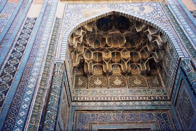 """Nhung lang mo mang nhieu bi an nhat the gioi hinh anh 3 3. Shah-i-Zinda: Shah-i-Zinda là một trong những lăng mộ nổi tiếng nhất Trung Á, nằm phía đông bắc Uzberkistan. Đây là công trình có lối kiến trúc phức tạp kết nối bằng các mái vòm. Công trình được bắt đầu xây dựng vào thế kỷ 11-12 và hầu hết hoàn thành vào thế kỷ 14-15. Shah-i-Zinda có nghĩa là """"vị vua sống"""" dựa theo truyền thuyết về Kusam ibn Abbas, người anh em họ của nhà tiên tri Muhammad. Theo truyền thuyết, ông bị chặt đầu nhưng lại đứng lên cầm đầu và đi xuống giếng sâu (Garden of Paradise), nơi người ta tin ông vẫn còn sống cho đến nay."""