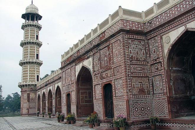 Nhung lang mo mang nhieu bi an nhat the gioi hinh anh 6 6. Lăng mộ của Jahangir: Đây là lăng mộ được xây dựng cho Hoàng đế Jahangir, cai trị vương triều Mughal từ 1605-1627. Nằm ở Lahore, Pakistan, lăng mộ được con trai hoàng đế xây dựng 10 năm sau khi ông mất. Lăng mộ tọa lạc trong một khu vườn có tường cao bao quanh và có bốn ngọn tháp cao 30m. Phía trong lăng là một quan tài bằng đá cẩm thạch trắng, xung quanh được trang trí bằng những bức họa khảm hoa.