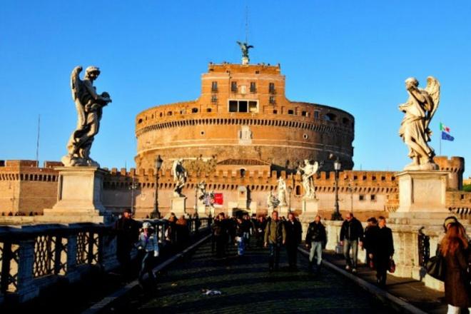 Nhung lang mo mang nhieu bi an nhat the gioi hinh anh 7 7. Lăng Castel Sant'Angelo: Lăng mộ của Hadrian, thường được biết đến với tên gọi là Castel Sant'Angelo, là một tòa nhà hình trụ cao chót vót ở Rome, thủ đô của Ý, ban đầu được xây dựng là nơi an nghỉ của hoàng đế La Mã Hadrian và gia đình của ông. Một năm sau khi mất vào năm 138, tro cốt của hoàng đế Hadrian và hoàng hậu Sabina cùng người con trai nuôi được đặt tại đây. Sau này, những vị hoàng đế vĩ đại khác cũng được an táng tại lăng mộ này và vị hoàng đế cuối cùng là Caracalla mất năm 217. Sau đó, lăng đã được sử dụng như một pháo đài và lâu đài, hiện tại nó nổi tiếng là một viện bảo tàng mở cửa cho du khách tham quan.