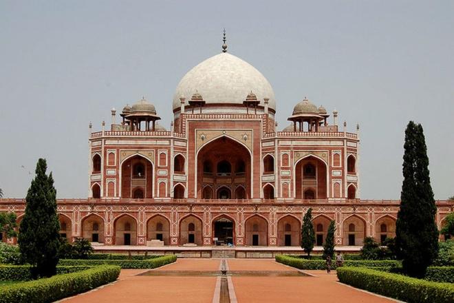 Nhung lang mo mang nhieu bi an nhat the gioi hinh anh 8 8. Lăng mộ Humayun: Lăng mộ của Hoàng đế Humayun của vương triều Mughal được xây dựng bởi người vợ của ngài vào năm 1562 sau Công nguyên. Đây là lăng mộ đầu tiên ở Ấn Độ và là tiền đề cho các kiến trúc Mughal tiếp sau. Tọa lạc tại Delhi, công trình cao 47m này lấy cảm hứng từ kiến trúc Ba Tư. Mái vòm phía ngoài lát bằng đá cẩm thạch trắng trong khi phần còn lại của lăng mộ được xây bằng đá sa thạch đỏ. Lăng mộ này phải mất hơn 8 năm để hoàn thành và nó được bao quanh bởi một khu vườn 30 mẫu theo phong cách Ba Tư.
