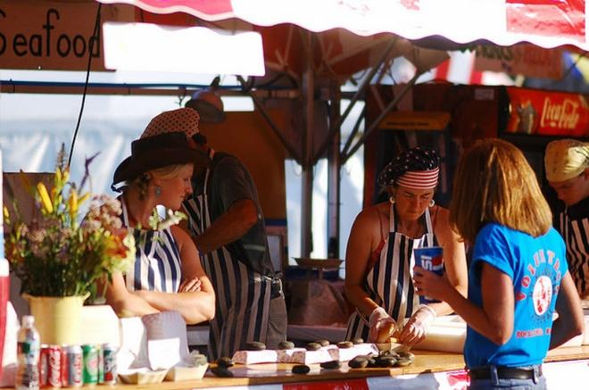 10 dia diem du lich ly tuong trong thang 8 hinh anh 10 10. Rockland - Lễ hội tôm hùm Maine Lobster: Lễ hội Maine Lobster được tổ chức vào tháng 8 hàng năm tại Công viên Harbor ở Rockland. Tới đây, du khách sẽ được thưởng thức những món ăn ngon được chế biến với số lượng lớn tôm hùm và được tham gia vào các trò chơi giải trí, diễu hành, đặc biệt là chứng kiến một cuộc thi nấu những món mà nguyên liệu chính là loài giáp xác ngon lành này. Lợi nhuận thu được từ sự kiện này hàng năm sẽ được tặng cho các tổ chức địa phương để cải thiện đời sống người dân.