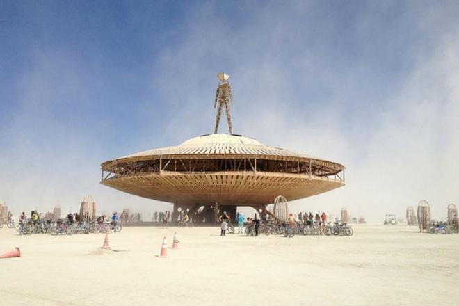 10 dia diem du lich ly tuong trong thang 8 hinh anh 1 1. Sa mạc Black Rock, Mỹ  – Lễ hội Burning Man: Bắt đầu từ Thứ hai cuối cùng của tháng 8 tới ngày Thứ hai đầu tiên của tháng 9, lễ hội Burning Man là một sự kiện nghệ thuật ngoài trời lớn nhất Bắc Mỹ, được tổ chức ở sa mạc Black Rock, Mỹ. Những người tham gia sẽ phải chia sẻ những hình thức nghệ thuật cho người khác. Kết thúc sự kiện này sẽ là màn đốt hình nộm người đàn ông bằng gỗ, đây chính là hoạt động đặc sắc nhất của lễ hội.
