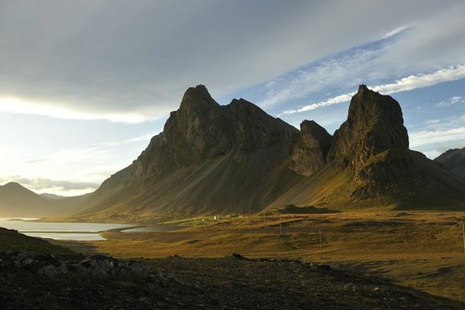 10 dia diem du lich ly tuong trong thang 8 hinh anh 2 2. Iceland: Một trong những điểm đến hấp dẫn nhất vào tháng 8 này chính là Iceland. Với nhiệt độ trung bình khoảng 20° C, thời tiết Iceland luôn dễ chịu và mặt trời chỉ lặn một vài tiếng mỗi đêm. Chính bởi vậy, đây là nơi bạn có thể tham gia hầu hết các hoạt động du lịch, như chơi golf lúc nửa đêm. Một điểm hấp dẫn khác là Blue Lagoon, suối nước nóng ngoài trời nổi tiếng với làn nước ấm, màu trắng sữa và rất giàu khoáng chất.