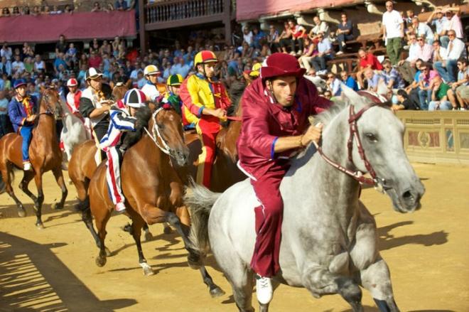 10 dia diem du lich ly tuong trong thang 8 hinh anh 4 4. Palio di Siena, Ý: Đây được coi là cuộc đua ngựa nổi tiếng thu hút hàng ngàn du khách tham gia mỗi năm. Lễ hội truyền thống có bề dày lịch sử 700 năm sẽ có 10 người tham dự cuộc đua, đại diện cho 17 làng khác nhau đua trên một quảng trường lát đá cuội. Cuộc đua diễn ra hai lần vào mỗi mùa hè, và nếu bạn không thể tham dự lần đầu vào ngày 2/7 thì cơ hội thứ hai là vào ngày 16/8. Mục đích của lễ hội là để tưởng nhớ Đức mẹ Maria và quá khứ hào hùng của Siena thời Trung cổ.