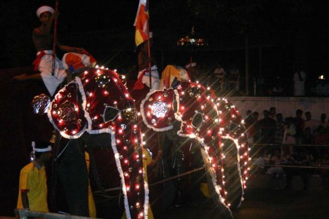 10 dia diem du lich ly tuong trong thang 8 hinh anh 6 6. Sri Lanka – Lễ hội Esala Perahera: Esala Perahera hay còn gọi là Lễ hội Răng là một trong những lễ hội truyền thống đẹp nhất ở châu Á, đồng thời cũng là lễ hội lâu đời nhất trên thế giới. Lễ hội này được tổ chức tại Kandy vào tháng 7 hoặc tháng 8 hàng năm có nguồn gốc từ hai lễ hội xa xưa, lễ hội cầu các vị thần ban mưa, và lễ hội xá lợi răng Phật. Du khách tới đây sẽ được tham gia vào các cuộc diễu hành của những vũ công, nhạc công mặc áo đầy màu sắc và những chú voi trang hoàng sặc sỡ.