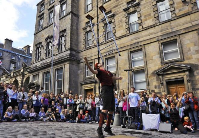 10 dia diem du lich ly tuong trong thang 8 hinh anh 7 7. Scotland - Lễ hội Edinburgh Fringe: Lễ hội Edinburgh Fringe được coi là lễ hội nghệ thuật lớn nhất thế giới, thu hút nhiều hàng nghìn nghệ sĩ từ 47 quốc gia trên thế giới. Bắt đầu từ năm 1947 để thay thế cho Lễ hội quốc tế Edinburgh, hoạt động của lễ hội này chủ yếu là biểu diễn nghệ thuật, nhưng không phải là cuộc thi, điều đó có nghĩa là không giới hạn về các loại hình biểu diễn. Gần hai triệu người tham gia sự kiện diễn ra vào tháng 8 hàng năm này.