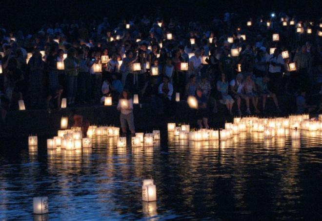 10 dia diem du lich ly tuong trong thang 8 hinh anh 8 8. Nhật Bản - Lễ hội đèn lồng Bon: Trong khi người Trung Quốc tổ chức lễ hội đèn lồng của họ vào Tết Nguyên Đán, thì người Nhật Bản lại để đến khi thời tiết ôn hòa hơn vào tháng 8 để chiêm ngưỡng hàng ngàn chiếc đèn lồng thắp sáng bầu trời đêm. Lễ hội Bon hay còn gọi là O-Bon là một truyền thống Phật giáo với mục đích tưởng niệm ông bà tổ tiên của mình. Trong suốt ba ngày lễ hội thường diễn ra vào ban đêm, người Nhật treo đèn lồng để hướng dẫn những linh hồn tổ tiên của họ về đoàn tụ với gia đình. Mọi người tập trung tại lễ hội, mặc những trang phục truyền thống, cùng nhau hát và biểu diễn điệu nhảy dân gian truyền thống của từng vùng ở Nhật Bản.