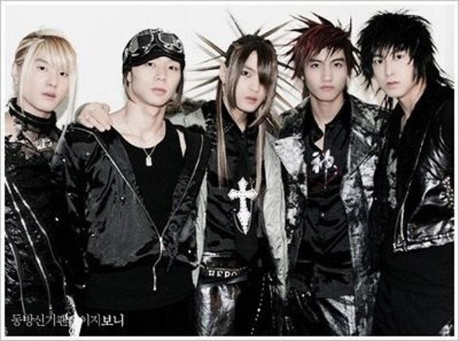 """Nhung kieu toc co mot khong hai cua sao Han hinh anh 11 Trong lần quảng bá album đầu tay Triangle, nhóm TVXQ từng buộc khán giả phải liên tưởng đến những nhân vật truyện tranh Nhật Bản với các kiểu tóc rất """"khó đỡ"""" như thế này."""