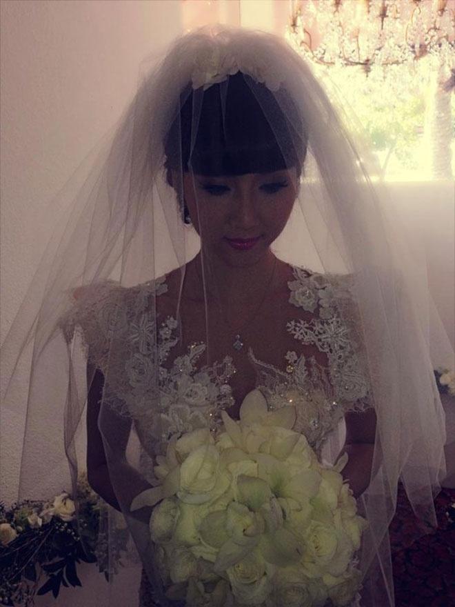 So dang cap vay cuoi cua 5 nang dau xinh dep Vbiz hinh anh 10 Những khoảng xuyên thấu được kết sắc sảo bằng ren, pha lê, chất liệu vải trong suốt … mang đến vẻ đẹp gợi cảm và quyến rũ cho cô dâu trong ngày cưới.