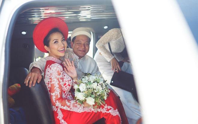So dang cap vay cuoi cua 5 nang dau xinh dep Vbiz hinh anh 15 Kiểu áo dài truyền thống kết hợp tinh tế giữa 2 sắc đỏ và trắng, cũng những đường họa tiết được thêu sắc sảo trên thân áo đã giúp nàng út ráng tỏa sáng trong lễ rước dâu.