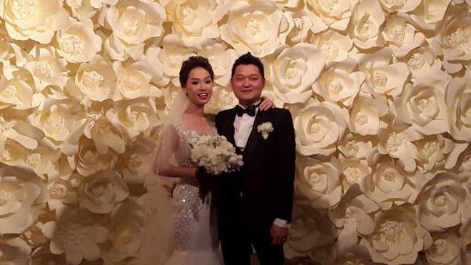 So dang cap vay cuoi cua 5 nang dau xinh dep Vbiz hinh anh 23 Mẫu váy cưới đầu tiên mà nữ ca sĩ sinh năm 1989 diện trong tiệc thành hôn tối ngày 15/6 là một thiết kế sang trọng của NTK Chung Thanh Phong.