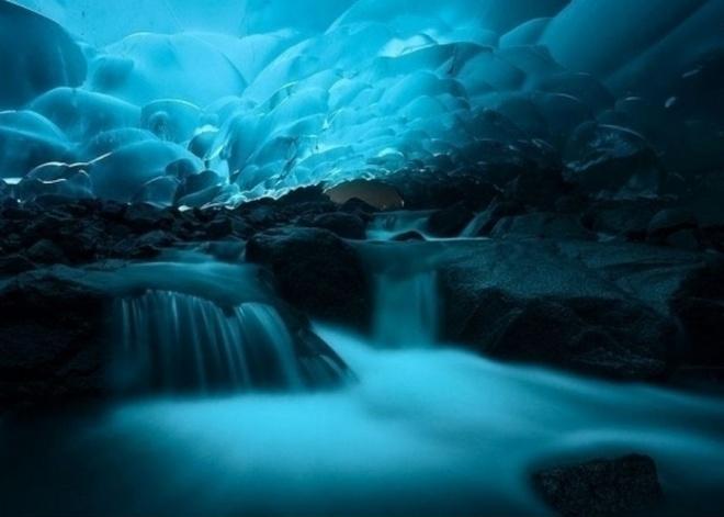 Nhung dia danh sieu thuc khong the bo qua khi toi My hinh anh 1 1. Động băng Mendenhall Glacier, Alaska: Đây chắc chắn là một trong những địa danh mang vẻ đẹp siêu thực hàng đầu của Mỹ. Các hang động đá trông giống như những cơn sóng băng và mang lại cho du khách cảm giác như đang ở dưới nước.