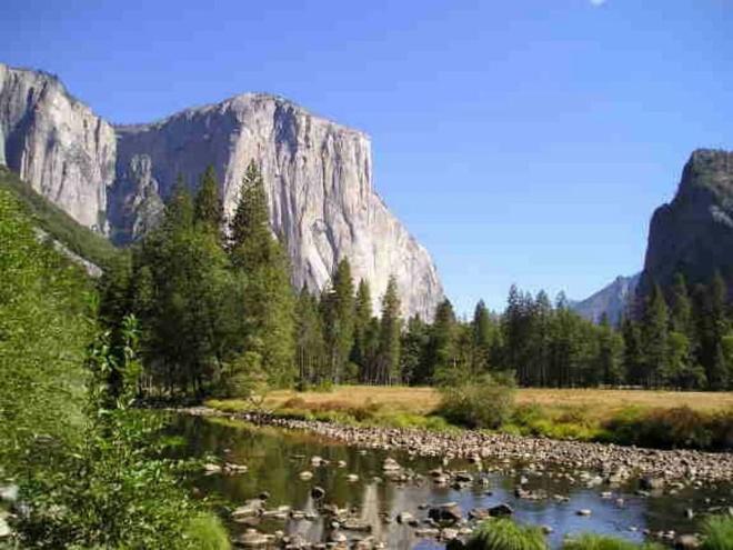 Nhung dia danh sieu thuc khong the bo qua khi toi My hinh anh 4 4. Thung lũng Yosemite, California: Thung lũng Yosemite được bao phủ bởi rừng thông xanh bạt ngàn và những vách đá granite hùng vĩ. Tới đây, bạn sẽ thỏa sức leo núi, đi dạo trên những con đường mòn, hay ngồi cạnh dòng sông, và hòa làm một với thiên nhiên. Lưu ý là bạn không nên tắm ở sông bởi nước ở đây thực sự rất lạnh.