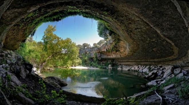 Nhung dia danh sieu thuc khong the bo qua khi toi My hinh anh 6 6. Bể bơi Hamilton, Texas: Đây là một trong những địa danh bí ẩn nằm gần Austin, Texas. Bể bơi Hamilton được tạo ra khi mái vòm của một dòng sông ngầm bị sập. Chính điều đó đã tạo nên một thắng cảnh tuyệt đẹp như vậy.